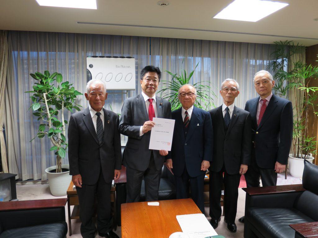 加藤自由民主党総務会長に要望書を渡した時の写真