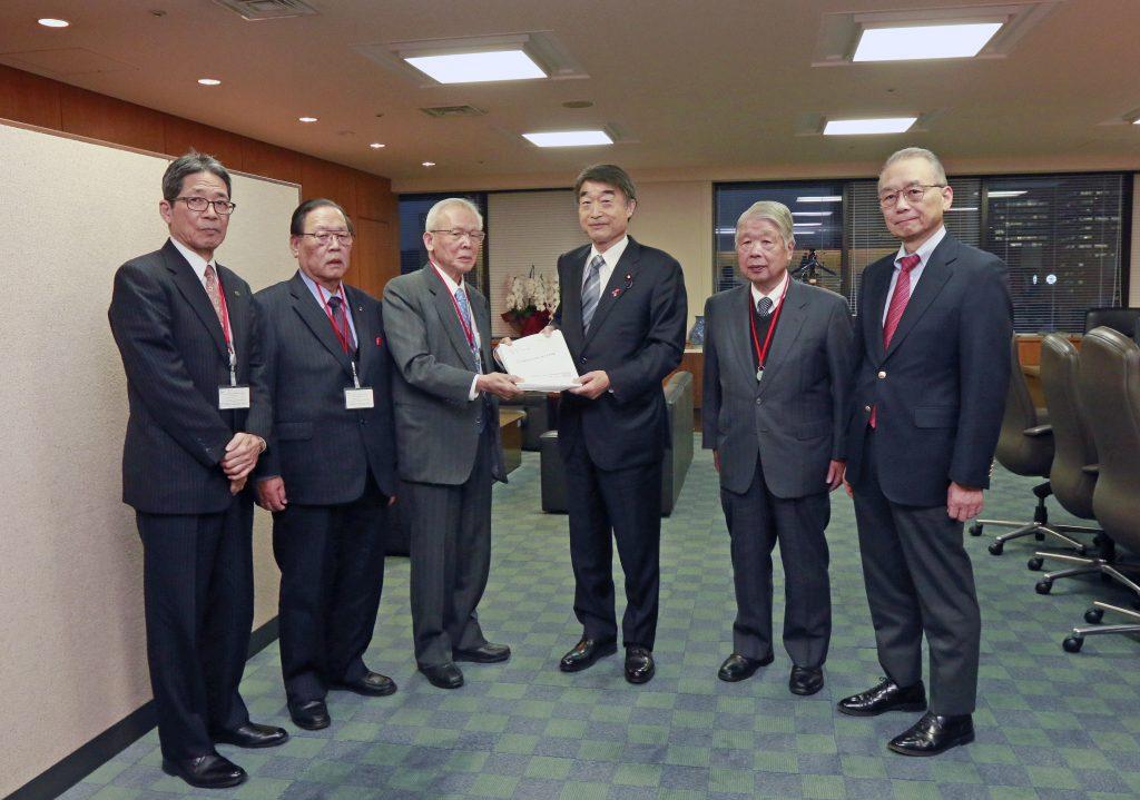 若杉会長が根本大臣に要望書を渡している写真